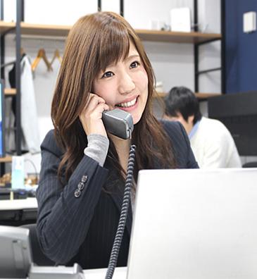 年轻女性员工的工作场景